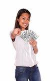Mujer asiática que señala en usted con el dinero del efectivo Foto de archivo