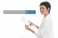 Mujer asiática que se coloca con el fondo blanco con el Search Engine GR Imagen de archivo