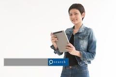 Mujer asiática que se coloca con el fondo blanco con el Search Engine GR Fotos de archivo