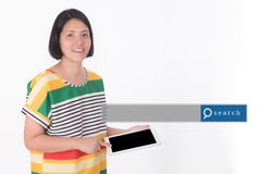 Mujer asiática que se coloca con el fondo blanco con el Search Engine GR Imágenes de archivo libres de regalías