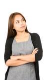 Mujer asiática que se pregunta que mira para arriba el lado del espacio de la copia Imagenes de archivo