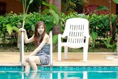 Mujer asiática que se relaja al lado de la piscina foto de archivo libre de regalías