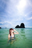Mujer asiática que se relaja en el mar Imagen de archivo libre de regalías