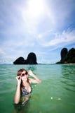 Mujer asiática que se relaja en el mar Imágenes de archivo libres de regalías