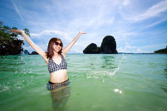 Mujer asiática que se relaja en el mar, océano Foto de archivo