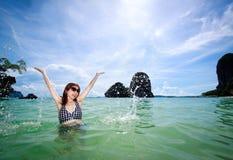 Mujer asiática que se relaja en el mar, océano Imagenes de archivo
