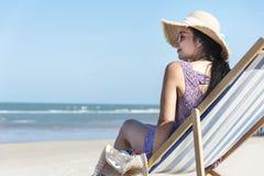 Mujer asiática que se relaja en la playa Foto de archivo