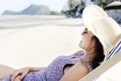 Mujer asiática que se relaja en la playa Fotos de archivo libres de regalías