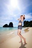 Mujer asiática que se relaja en la playa Imagen de archivo