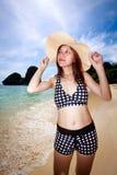 Mujer asiática que se relaja en la playa Imagen de archivo libre de regalías