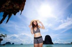 Mujer asiática que se relaja en la playa Foto de archivo libre de regalías