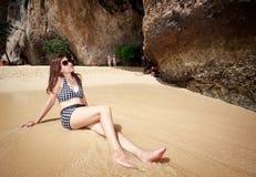 Mujer asiática que se relaja en la playa Imagenes de archivo