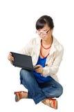 Mujer asiática que se sienta con el netbook imágenes de archivo libres de regalías