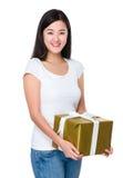 Mujer asiática que se sostiene con la caja de regalo Fotografía de archivo