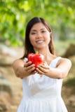Mujer asiática que sostiene un paprika rojo Fotografía de archivo