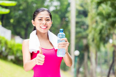 Mujer asiática que tiene entrenamiento acertado del deporte Imagen de archivo libre de regalías