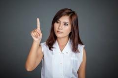 Mujer asiática que toca la pantalla Imagenes de archivo