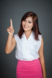 Mujer asiática que toca la pantalla y la sonrisa Imágenes de archivo libres de regalías