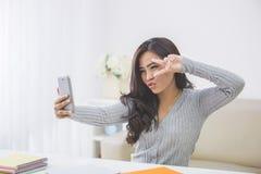 Mujer asiática que toma el selfie Imagenes de archivo