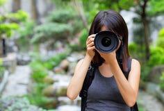 Mujer asiática que toma la foto con la mochila Foto de archivo libre de regalías