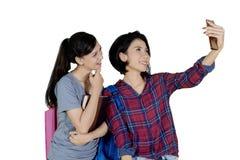 Mujer asiática que toma la foto con su amigo en estudio Imagenes de archivo