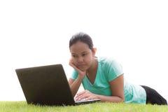 Mujer asiática que trabaja en el ordenador portátil Fotografía de archivo libre de regalías