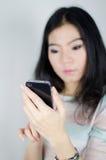 Mujer asiática que usa smartphone Fotografía de archivo libre de regalías