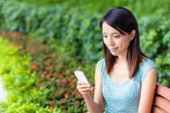 Mujer asiática que usa el teléfono Fotos de archivo