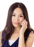 Mujer asiática que usa el teléfono móvil Fotos de archivo libres de regalías