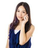 Mujer asiática que usa el teléfono móvil Fotografía de archivo