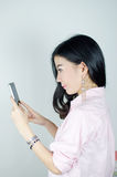 Mujer asiática que usa smartphone Fotos de archivo libres de regalías