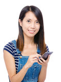 Mujer asiática que usa smartphone Imagenes de archivo