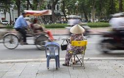 Mujer asiática que vende el boleto de lotería imágenes de archivo libres de regalías