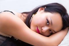 Mujer asiática relajada Foto de archivo libre de regalías