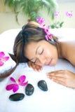 Mujer asiática relajante en balneario Fotos de archivo libres de regalías