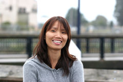 Mujer asiática sonriente. Imagen de archivo libre de regalías