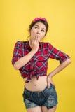 Mujer asiática sorprendida jóvenes con Pin Up Makeup Estilo retro Imagenes de archivo