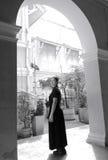 Mujer asiática triste en ropa negra en el edificio viejo Imagen de archivo libre de regalías