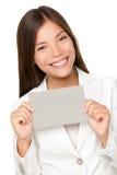 Mujer asiática vivaz con la tarjeta gris Imágenes de archivo libres de regalías
