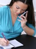 Mujer Asiático-Americana con el teléfono celular y la agenda Fotos de archivo libres de regalías