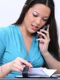Mujer Asiático-Americana con el teléfono celular y la agenda Imagen de archivo