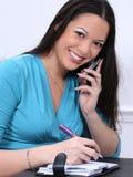Mujer Asiático-Americana con el teléfono celular y la agenda Fotografía de archivo