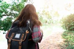 Mujer asi?tica con la mochila para el viaje fotos de archivo