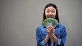 Mujer asi?tica emocionada que muestra billetes de banco euro en la c?mara, ganador de loter?a, fortuna imagenes de archivo