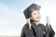 Mujer asi?tica en el sombrero del birrete que grad?a de universidad foto de archivo libre de regalías