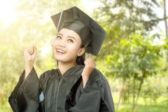 Mujer asi?tica en el sombrero del birrete que grad?a de universidad imagen de archivo libre de regalías