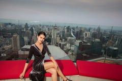 Mujer asi?tica en hotel del tejado del top del soporte del vestido de noche imagen de archivo libre de regalías