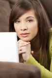 Mujer asiática china hermosa con el ordenador portátil Imágenes de archivo libres de regalías