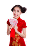 Mujer asiática con el bolsillo rojo por Año Nuevo chino Imágenes de archivo libres de regalías