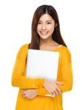 Mujer asiática con la computadora portátil Fotos de archivo
